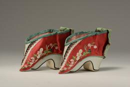 緑緞繍花弓鞋〔りょくどんしゅうかきゅうあい〕 清時代 底長12.5cm 山東博物館蔵