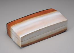 炎彩波文白釉陶筥 2013年 高さ12.5cm、幅45.4cm、奥行23.6cm 個人蔵